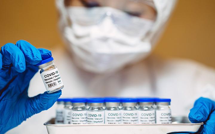 ¿La aseguradora debe pagarme si presento reacciones adversas a la vacuna contra el COVID-19?